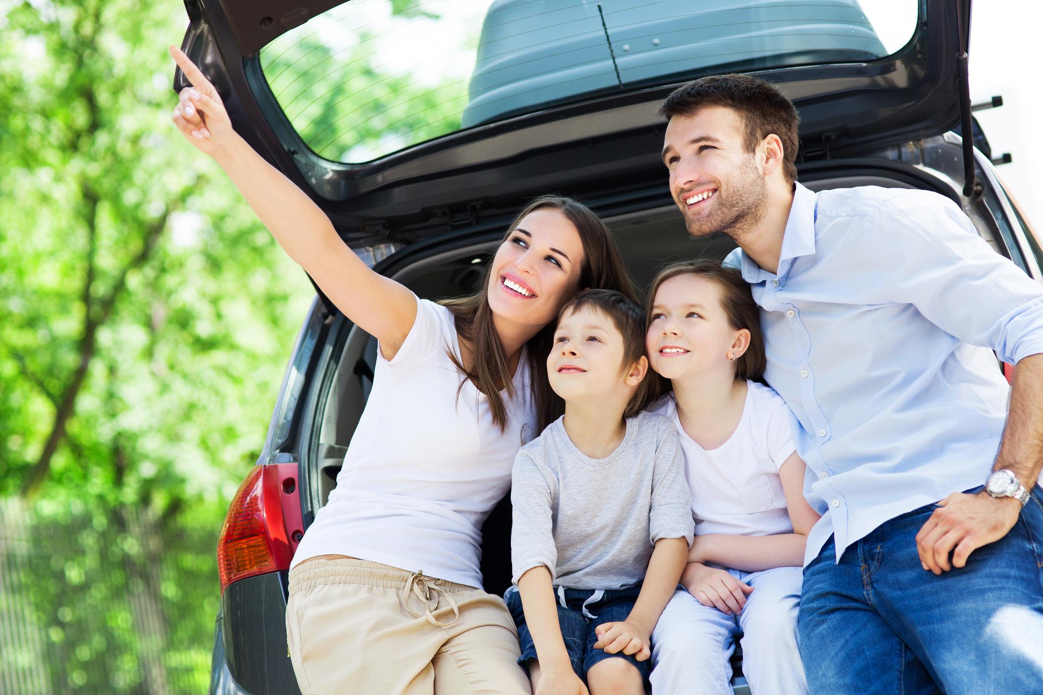 幸せな家族の時間、車広告のイメージ画像